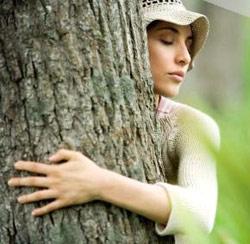 Devojka grli drvo