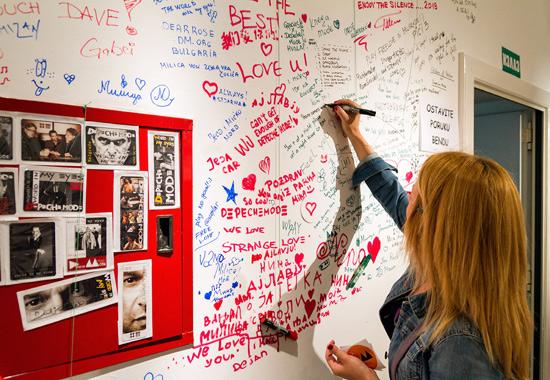 Noc muzeja - zid sa porukama