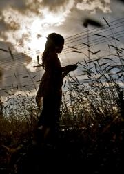 Silueta devojčice u polju