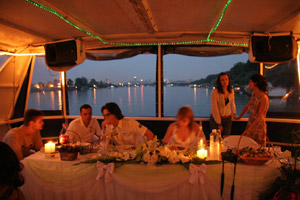 Večernja svečana atmosfera na brodu